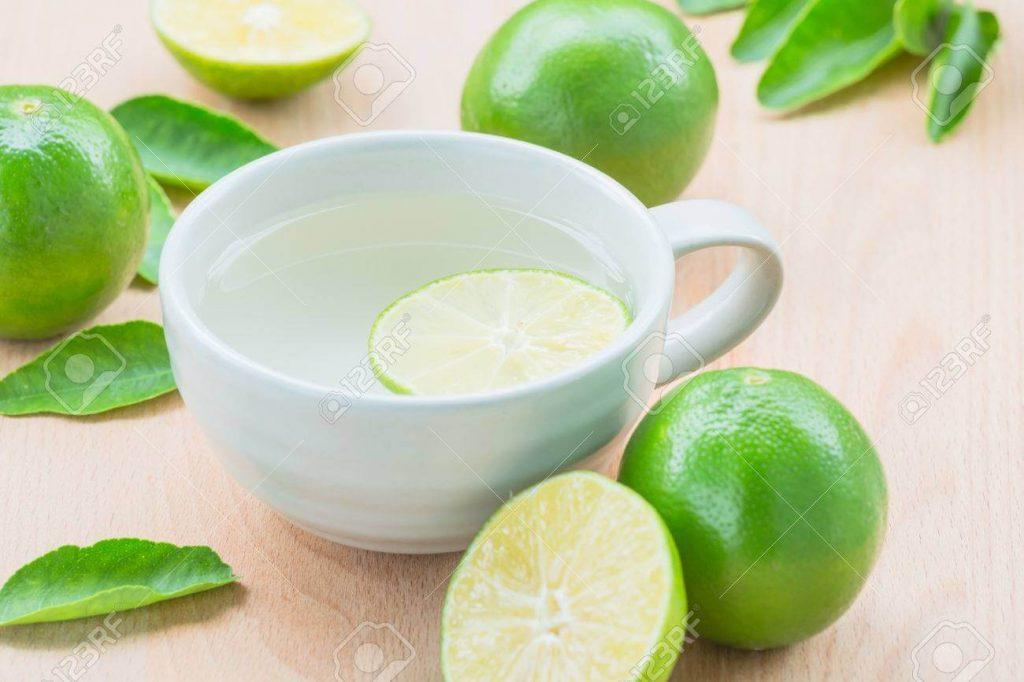 45296248 jugo de limon caliente y limon verde 1