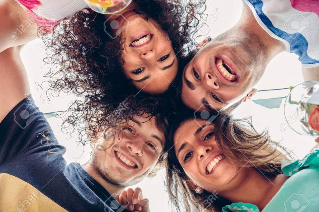 63668142 cierre de la gente joven feliz con las cabezas juntas que se divierte en una fiesta de verano los joven 1
