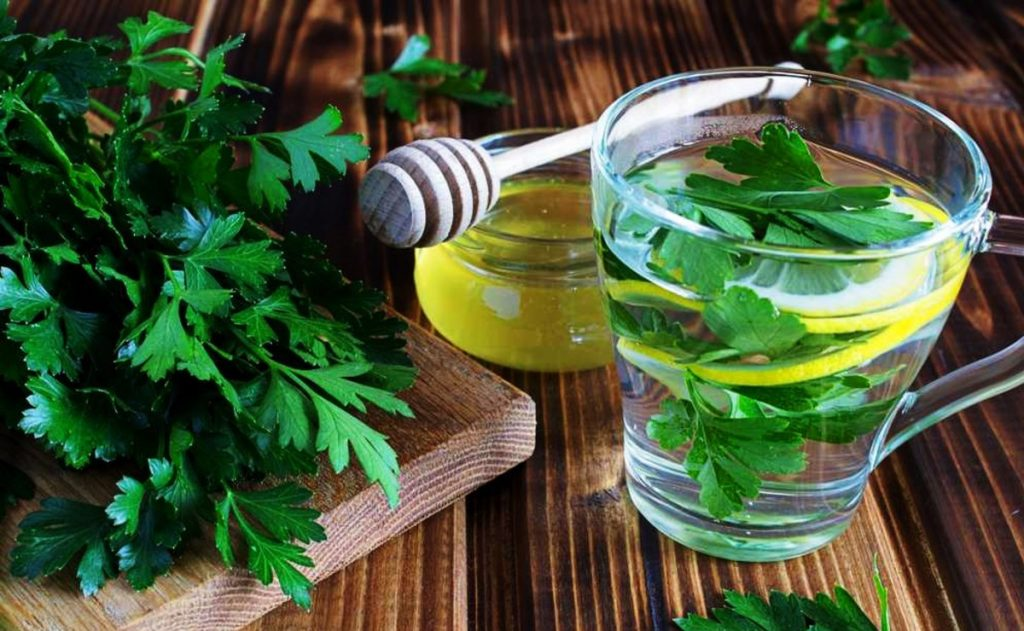 beneficios de tomar infusion de perejil